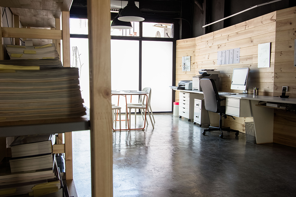 Despacho con pared mopderna de madera y suelo de hormigon pulido