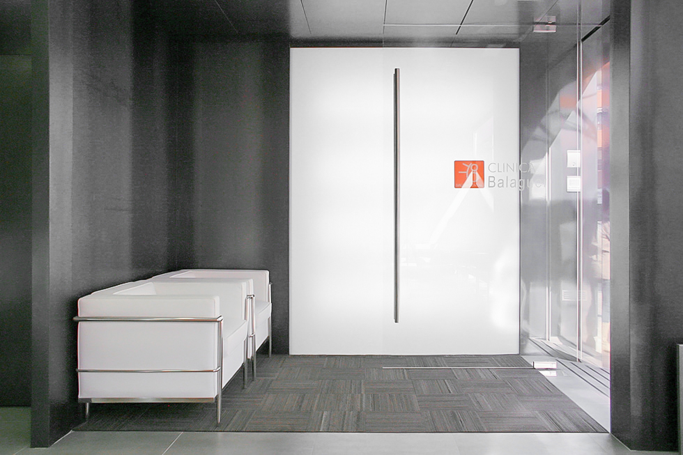 sala de espera moderna de de clinica dental Chiralt Arquitectos Valencia - Clínica Dental Balaguer