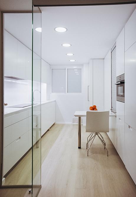 Cocina moderna, minimalista y blanca en la reforma integral de un pequeño piso |Chiralt arquitectos Valencia | Centelles