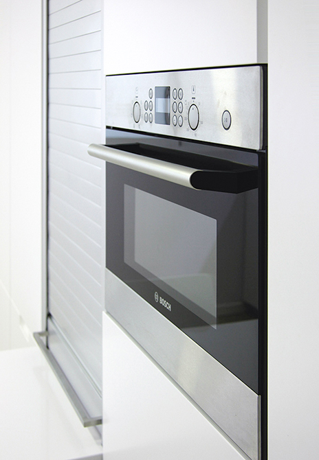 Microondas integrado en mueble de cocina con persiana