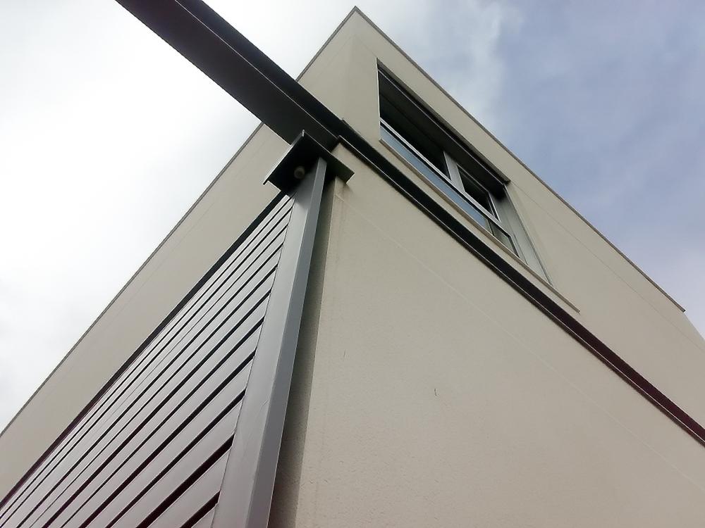 Puerta corredera en casa minimalista. Chiralt Arquitectos Valencia.