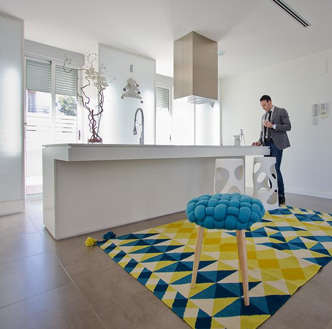 Cocina blanca moderna con isla central en casa minimalista. Chiralt Arquitectos Valencia.