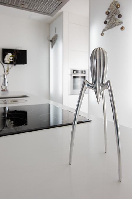 Exprimidor Alessi en cocina blanca con isla en casa minimalista. Chiralt Arquitectos Valencia.