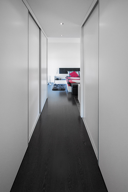 Pasillo vestidor en habitación de casa minimalista. Chiralt Arquitectos Valencia.