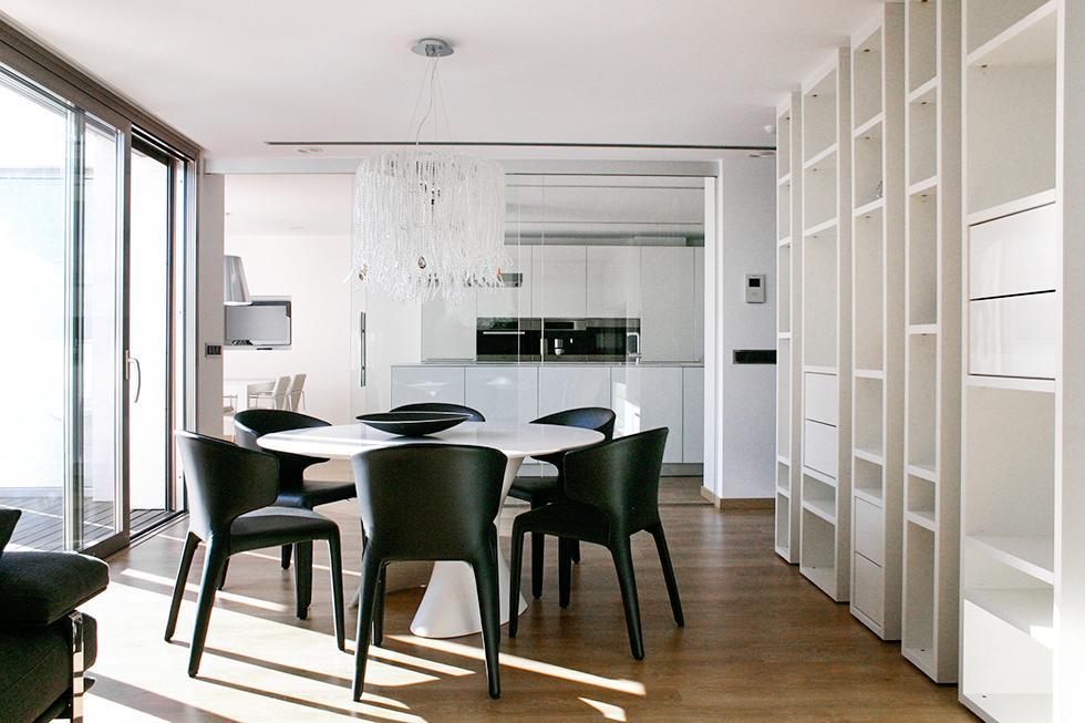 Salón comedor moderno con pared de cristal que separa la cocina. Antes y después de una reforma integral | Chiralt arquitectos Valencia | Casa La Pobla