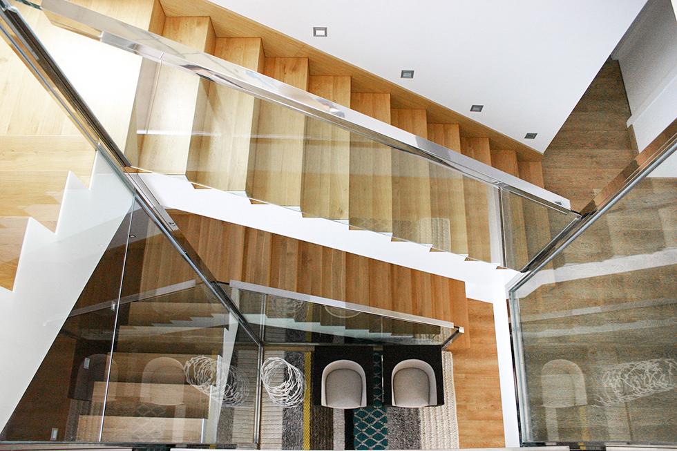 Escalera de madera y acero con barandilla de cristal. Antes y después de una reforma integral | Chiralt arquitectos Valencia | Casa La Pobla