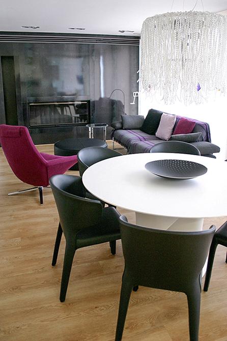 Salón comedor en gris y rosa con lámpara de cristal