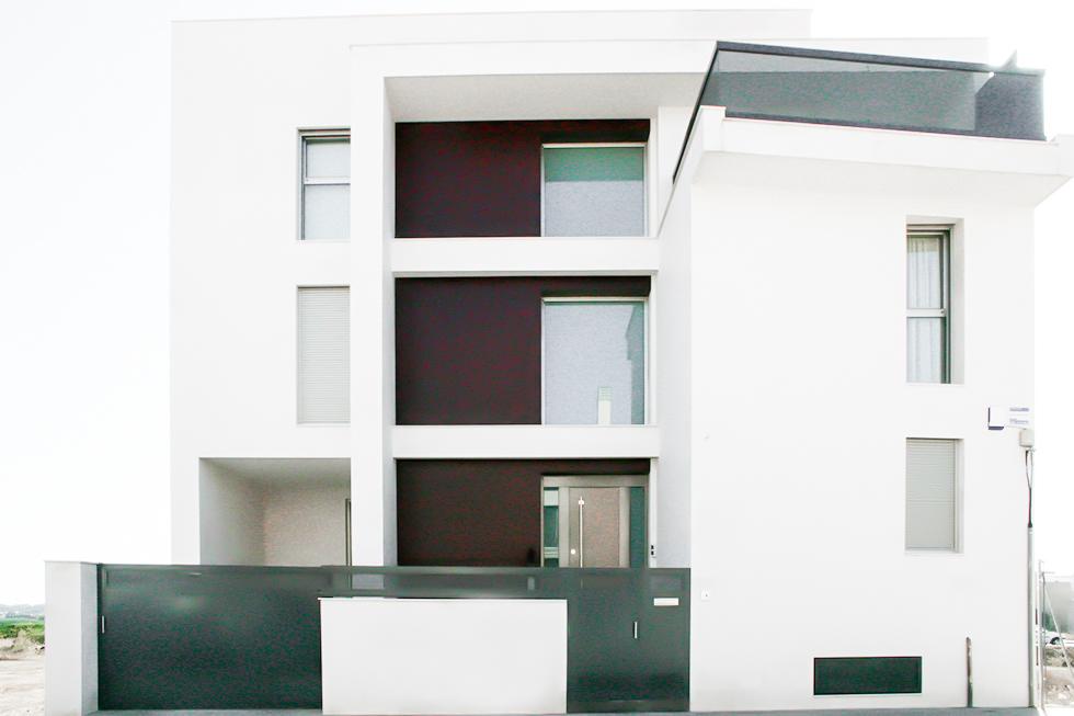 Fachada casa moderna . Antes y después de una reforma integral | Chiralt arquitectos Valencia | Casa La Pobla