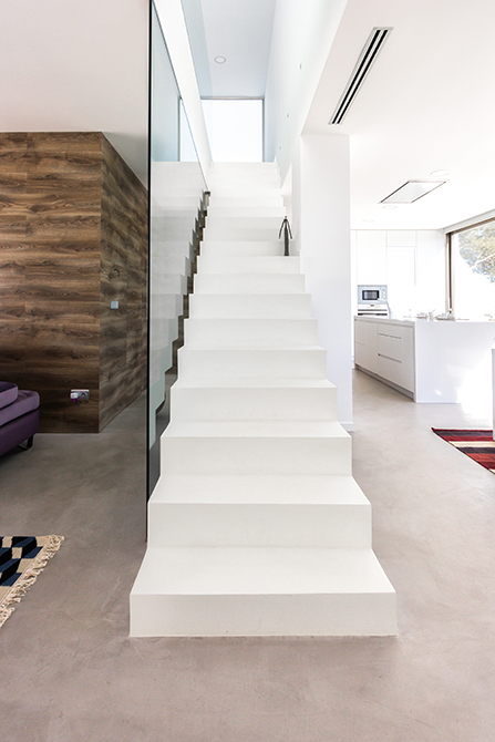 Escalera minimalista de microcemento blanco en cocina de casa mediterránea| Chiralt arquitectos Valencia