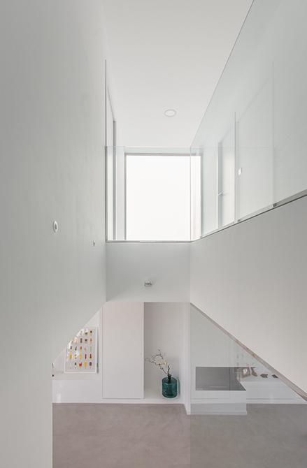 Doble altura de casa moderna y blanca con ventanal grande