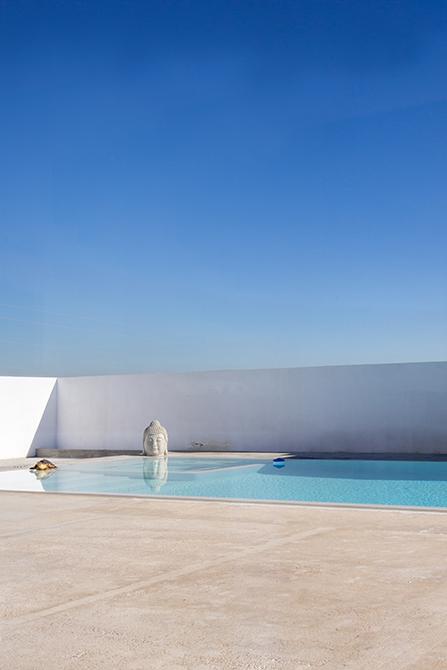 Piscina de microcemento blanco en jardín minimalista | Chiralt arquitectos Valencia