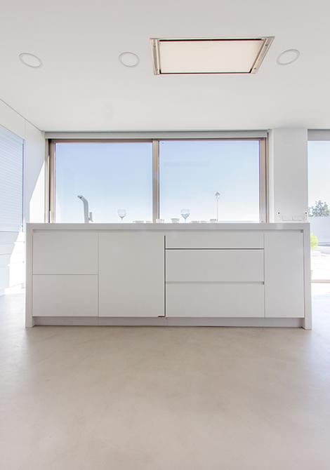 Isla de cocina minimalista y blanca en casa mediterranea | Chiralt arquitectos Valencia