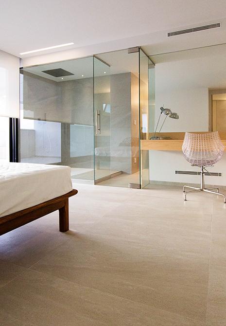 Habitación de invitados con baño integrado. Ducha con pared de cristal y tocador