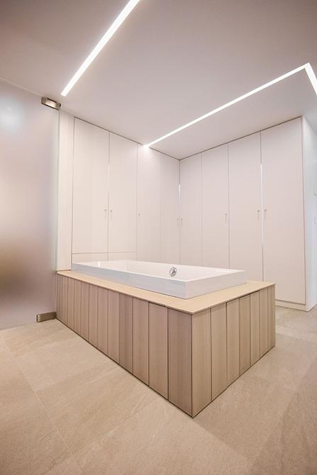 Bañera integrada en el dormitorio y vestidor. Chiralt Arquitectos Valencia