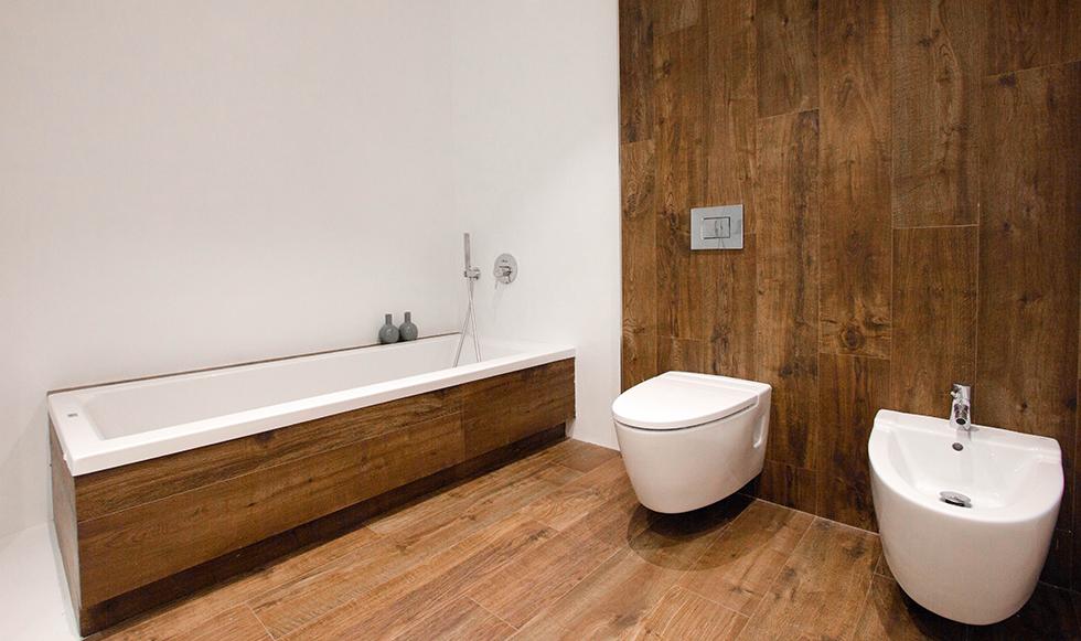 Baño moderno con suelo y pared de porcelánico efecto madera
