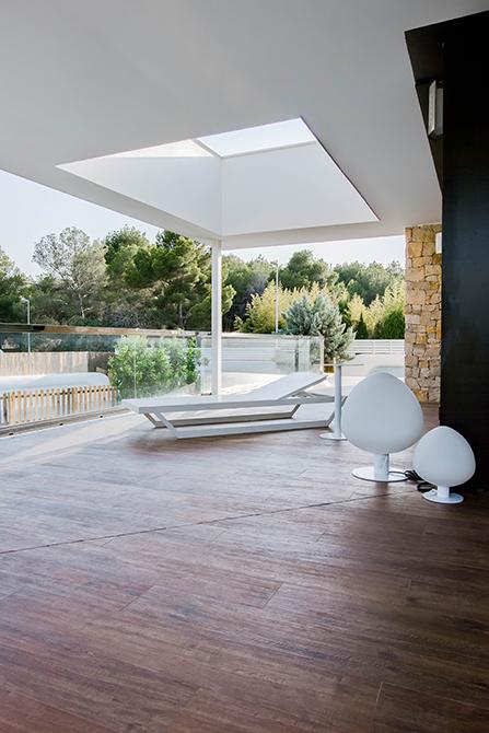 Terraza con muro de piedra exterior y lucernario en casa pasiva moderna | Chiralt arquitectos Valencia