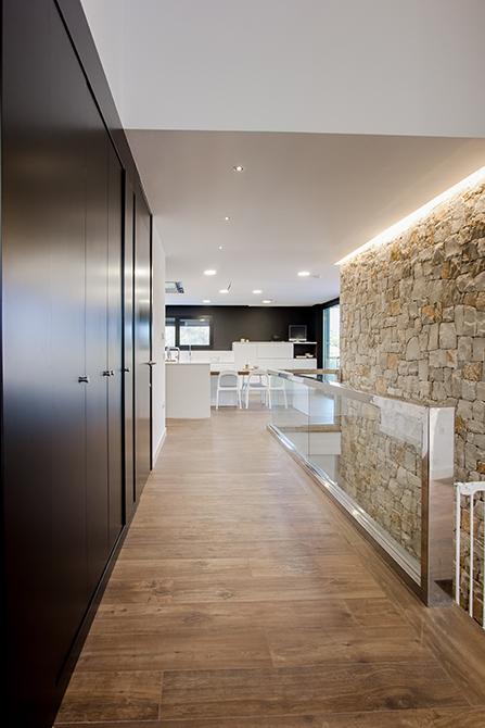 Cocina moderna y abierta al salón, en madera y blanco, con suelo porcelánico efecto madera en casa pasiva | Chiralt Arquitectos Valencia