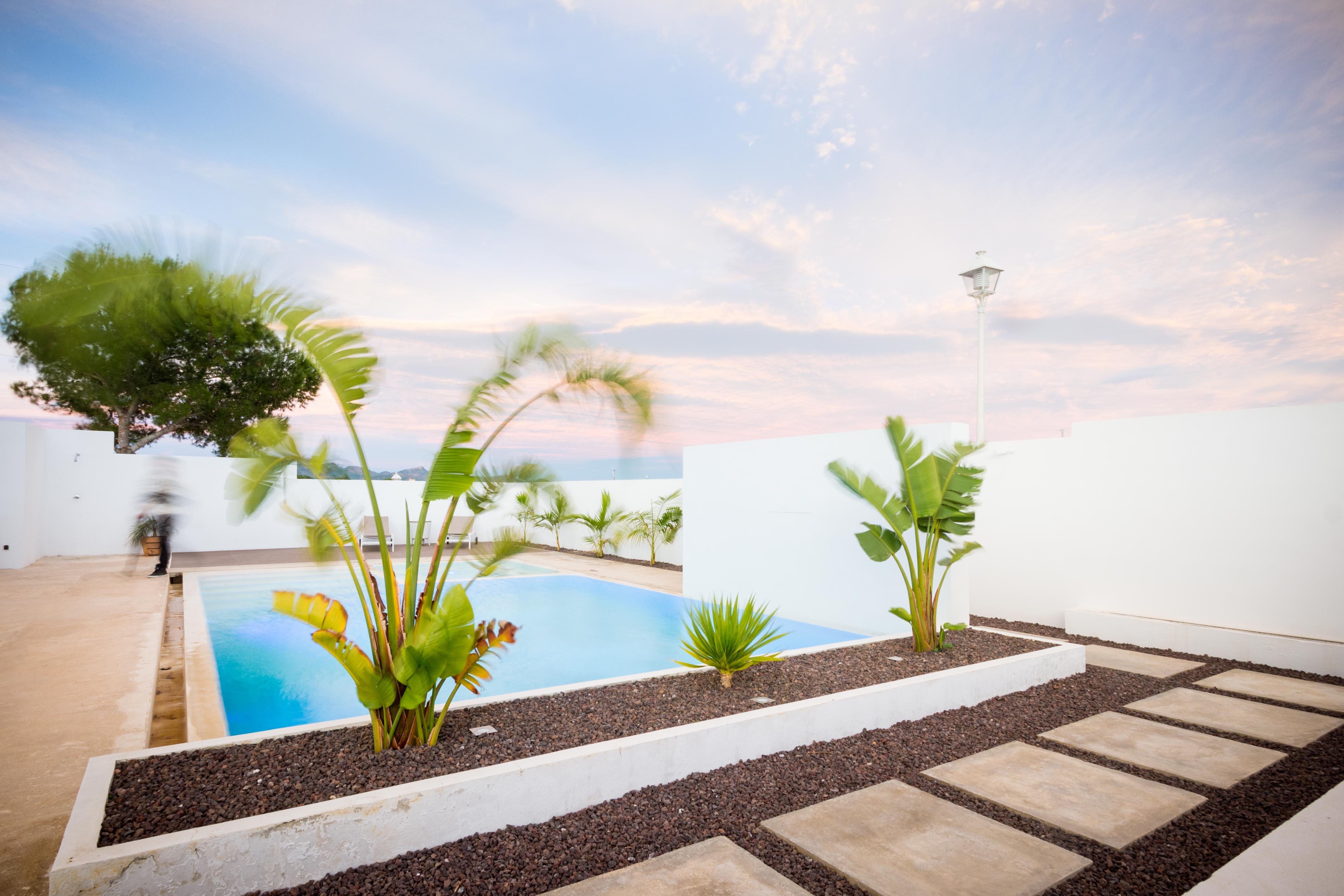 Piscina con jardinera en vivienda mediterranea. Chiralt arquitectos Valencia.
