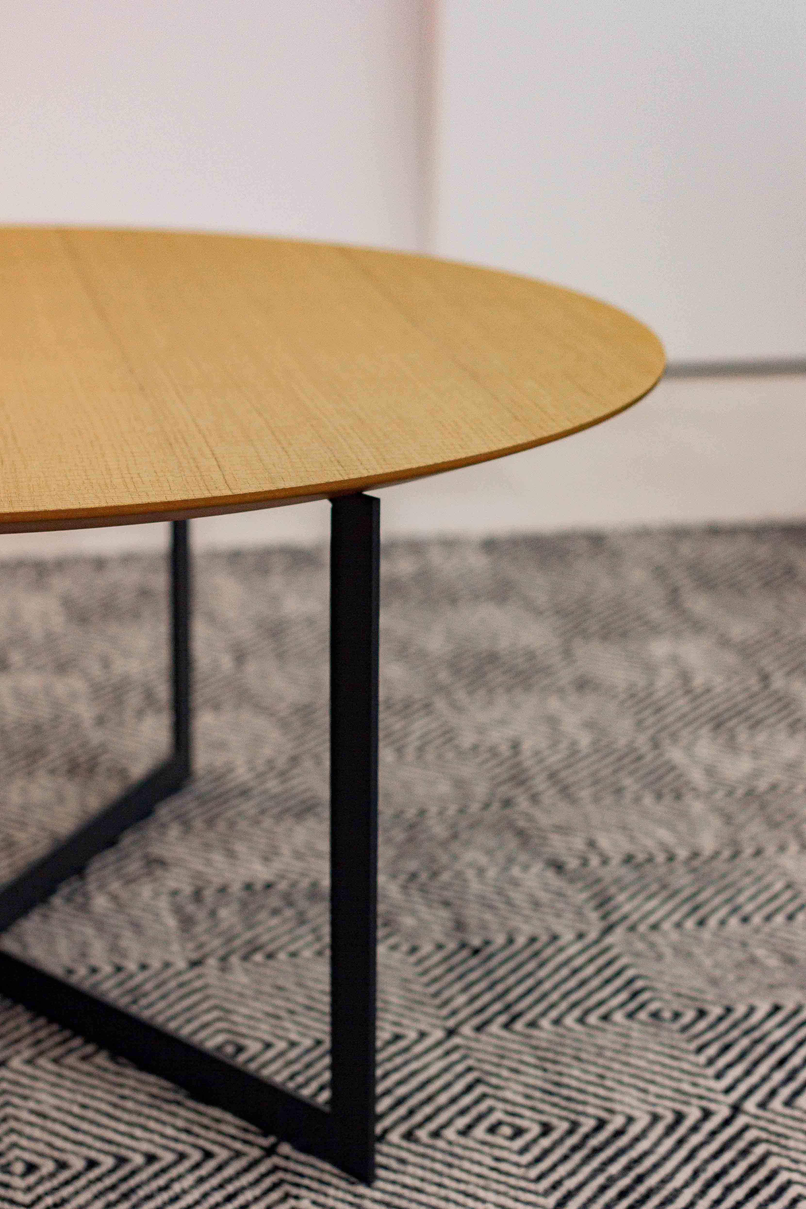 Mesa de centro de madera con alfombra blanca y negra en salón.Reforma de vivienda de pueblo - Company- Chiralt Arquitectos Valencia
