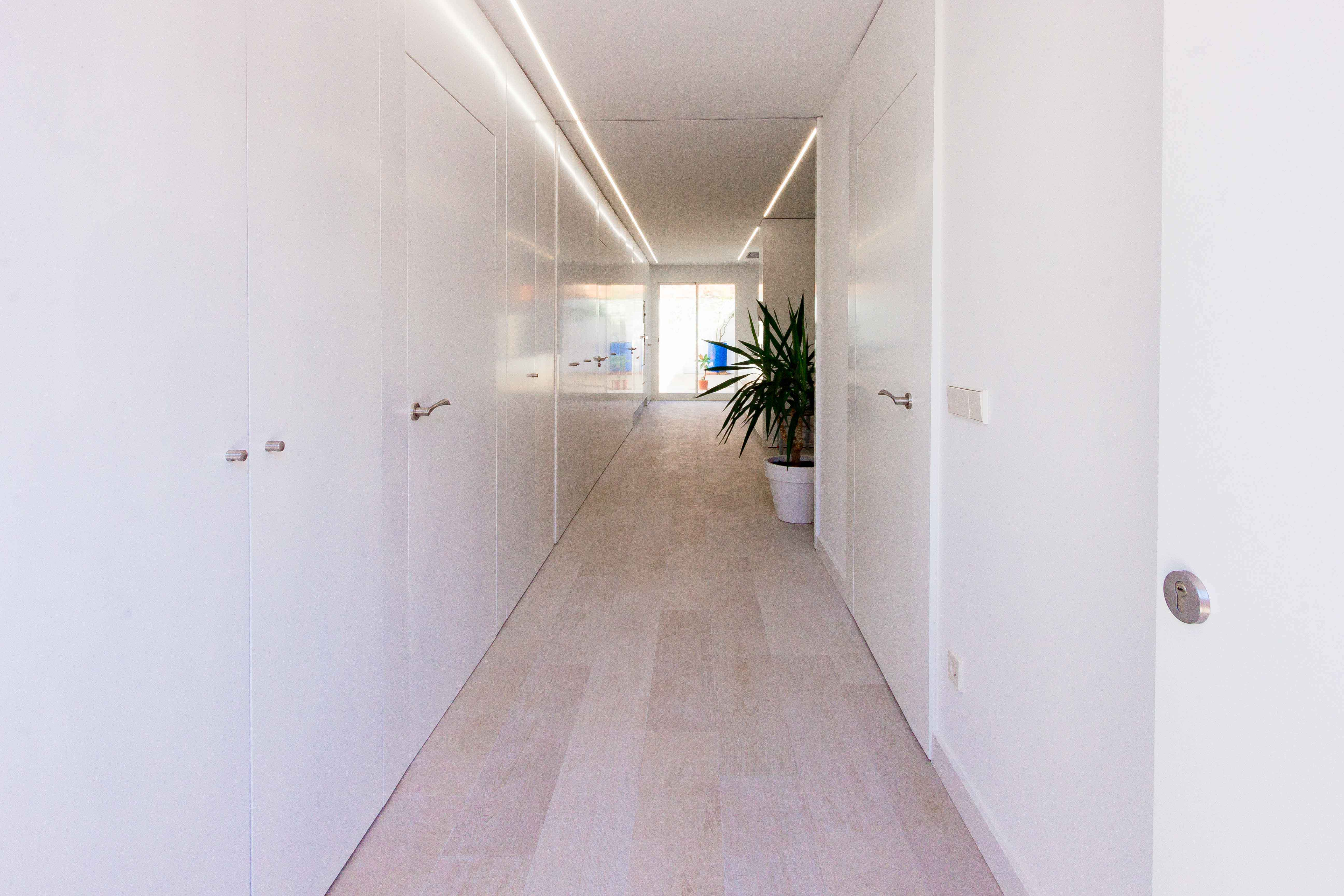 Hall de entrada en reforma de casa low cost. Chiralt Arquitectos Valencia.