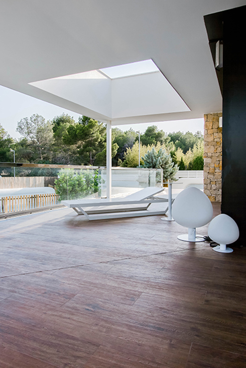Terraza con lucernario y hamaca moderna y minimalista con suelo porcelanico imitacion madera