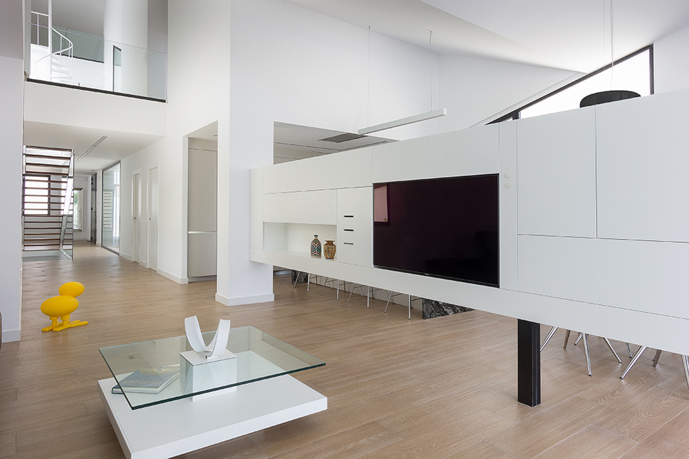 Mueble de tv de diseño moderno en color blanco. Suelo porcelanico imitacion madera