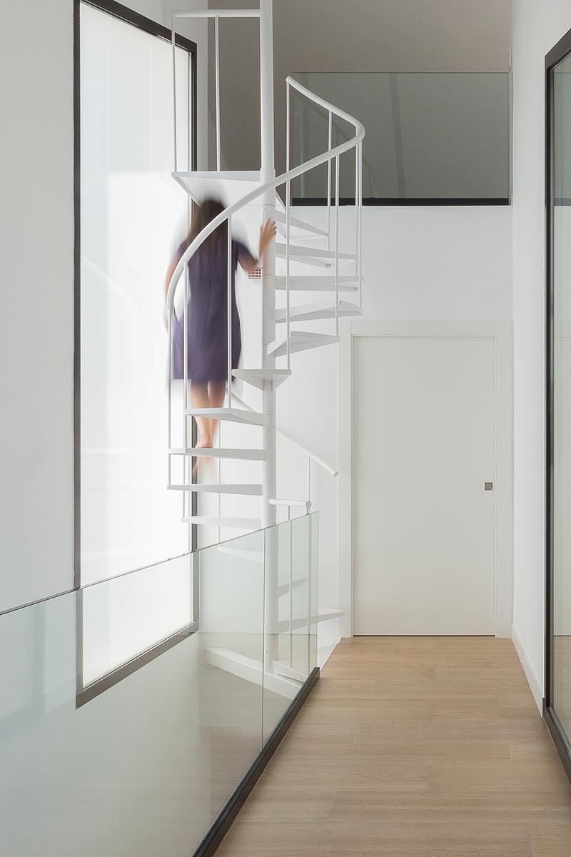 Escalera de caracol blanca de hierro en casa moderna