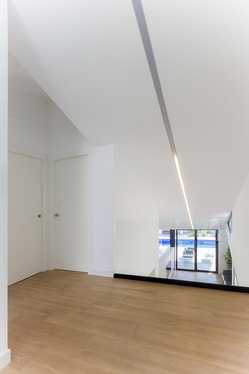 Pasillo de escalera en casa de doble altura