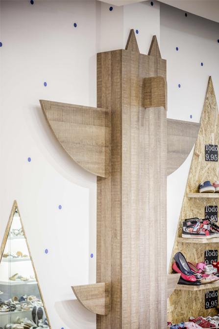Tienda zapateria para niños con totem indio decorativo de madera