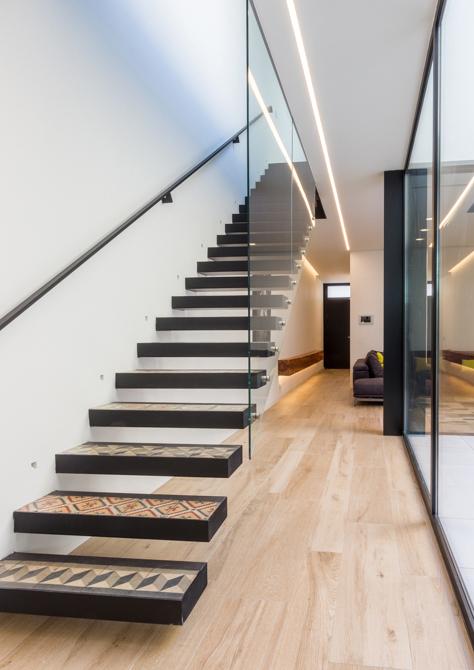 Escalera minimalista con cristal de casa de pueblo moderna de Chiralt Arquitectos Valencia