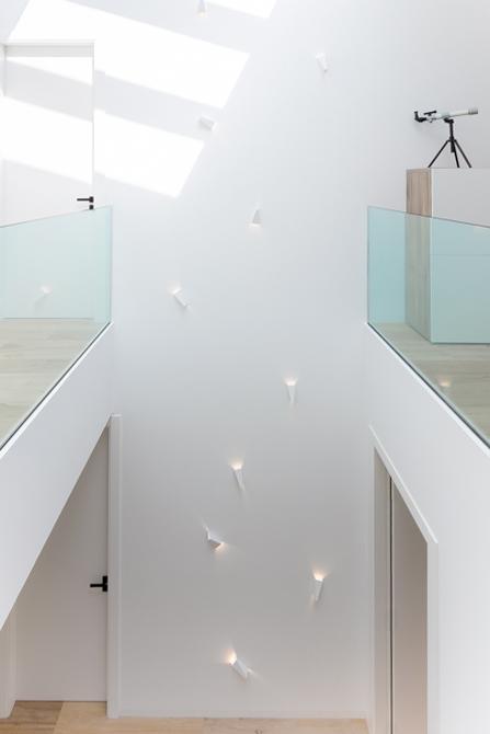 Casa minimalista .Suelo de madera. Patio interior. Doble altura casa de pueblo moderna y luminosa