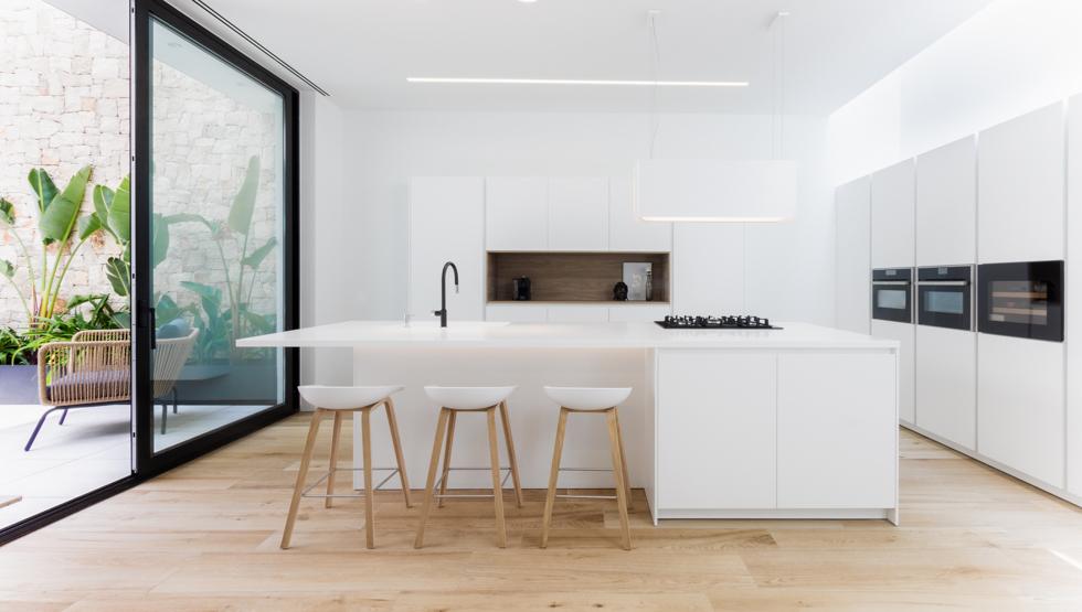 Cocina minimalista Santos en casa de pueblo moderna de Chiralt Arquitectos Valencia