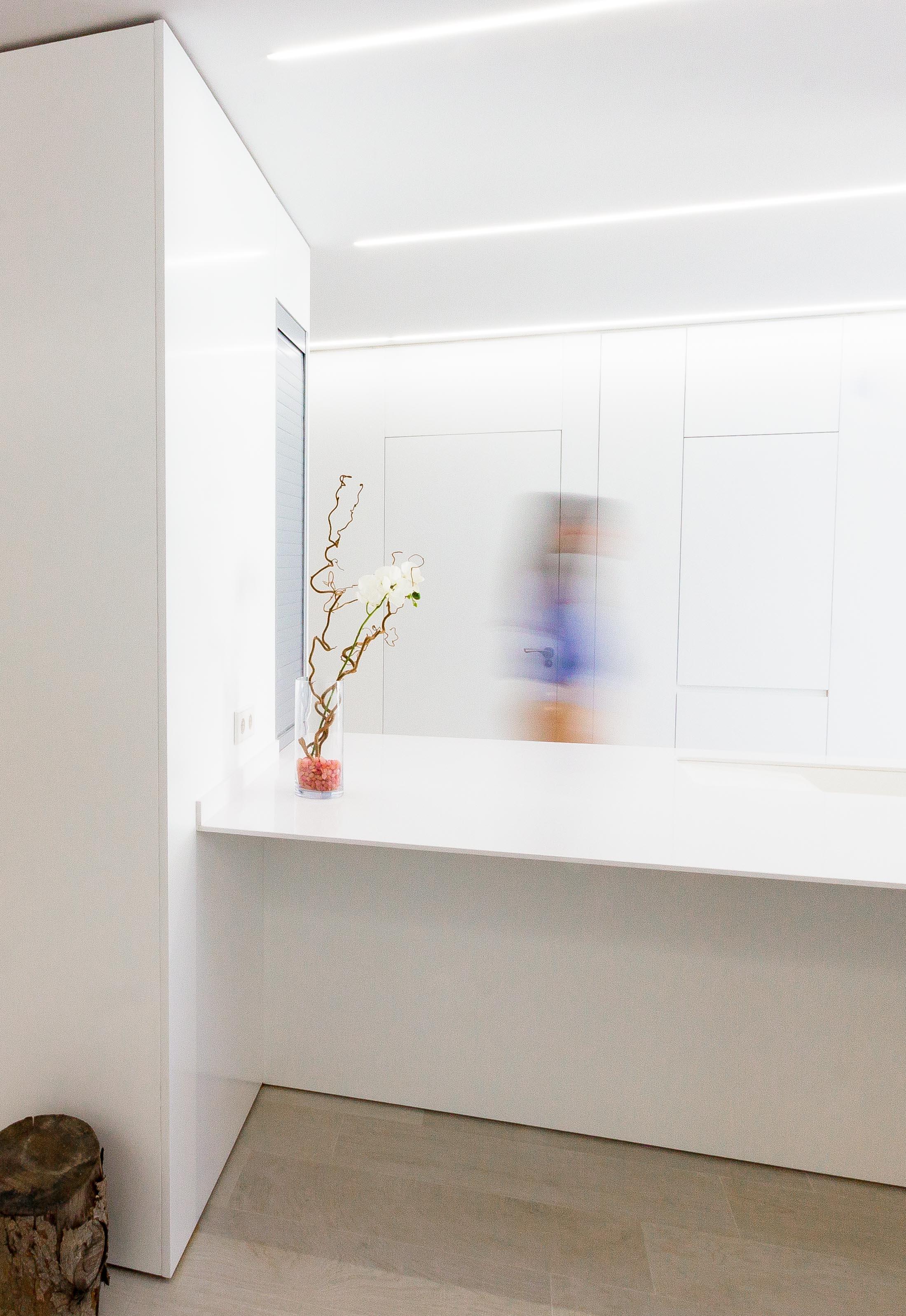 Interior minimalista en reforma de vivienda. Chiralt Arquitectos Valencia.