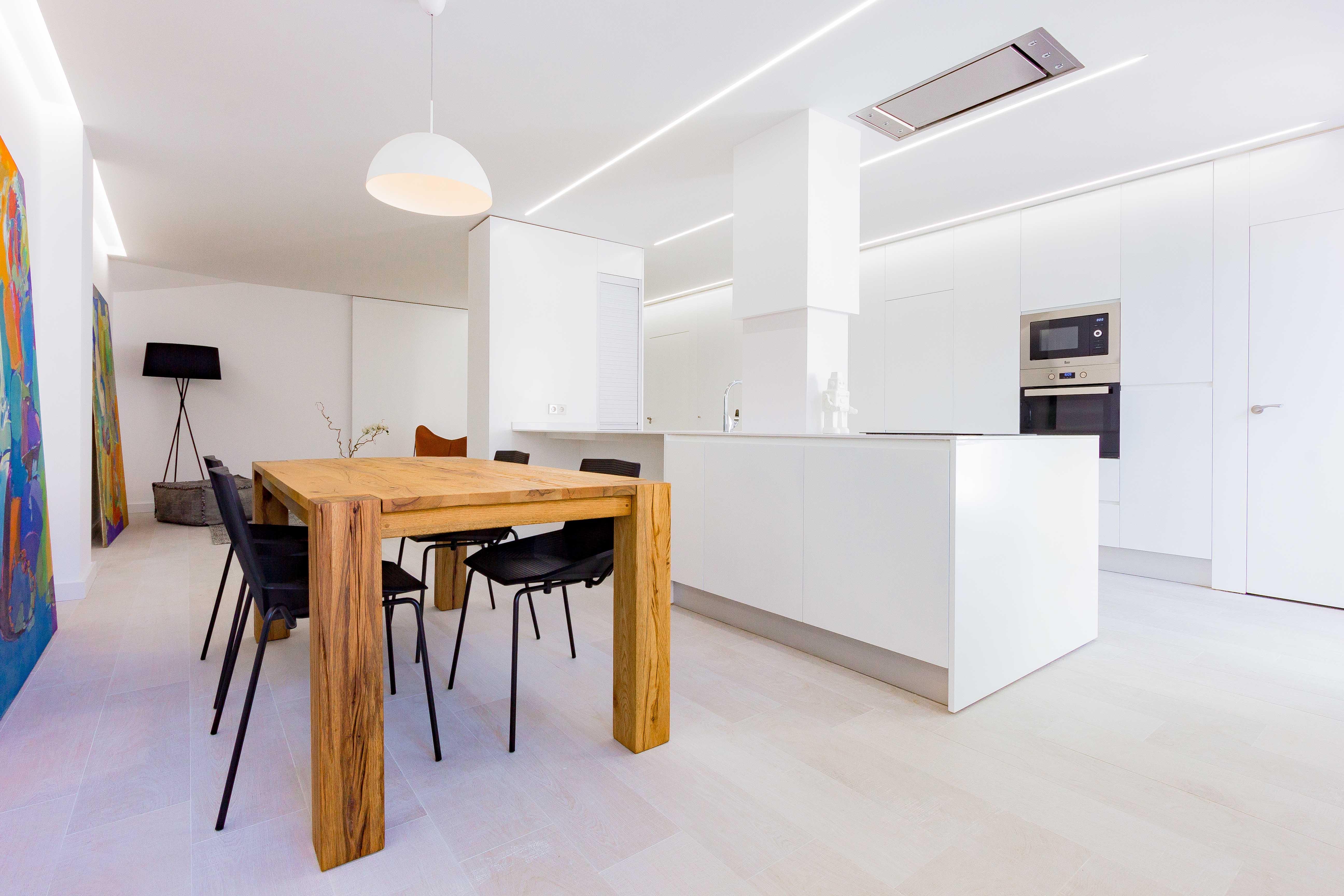 Comedor salon minimalista en reforma de vivienda. Chiralt Arquitectos Valencia.