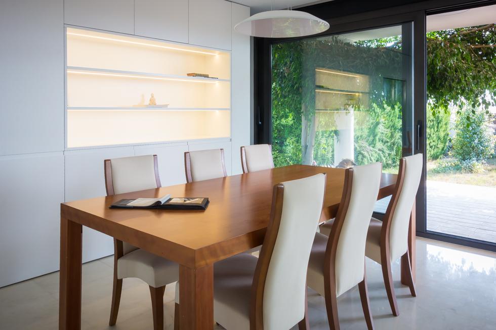 Salon moderno con mesa de madera - Chiralt Arquitectos Valencia