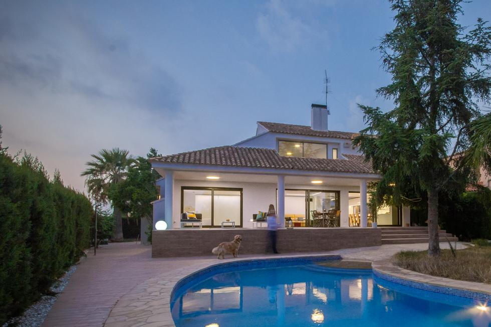 Jardín con terraza y piscina en vivienda mediterranea. Chiralt Arquitectos Valencia