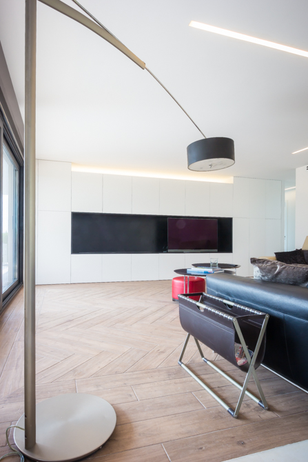 Lámpara moderna de pie sobre parquet en salon- Chiralt Arquitectos Valencia