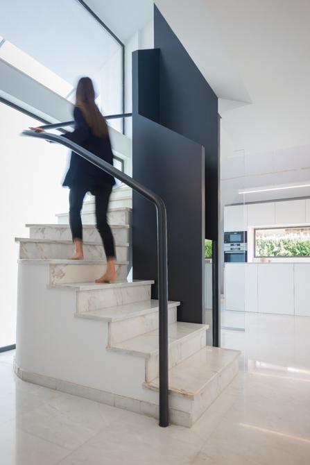 Escalera moderna de marmol en negro en vivienda mediterránea. Chiralt Arquitectos Valencia