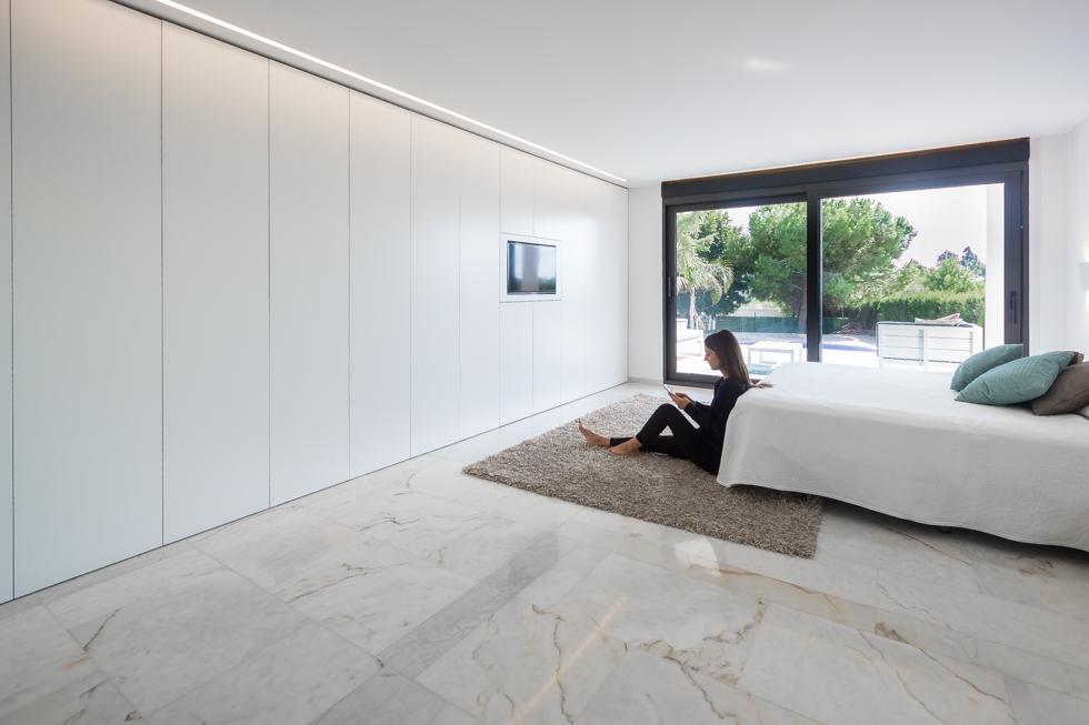 Dormitorio moderno en blanco en reforma total. Chiralt Arquitectos Valencia