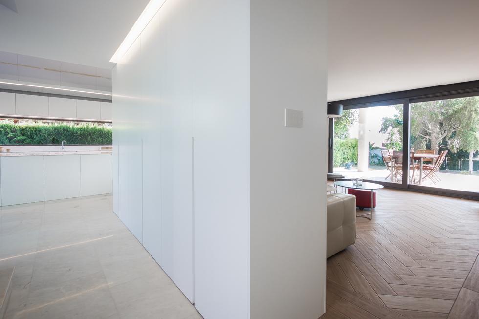 Armariada blanca en salón moderno- Chiralt Arquitectos Valencia