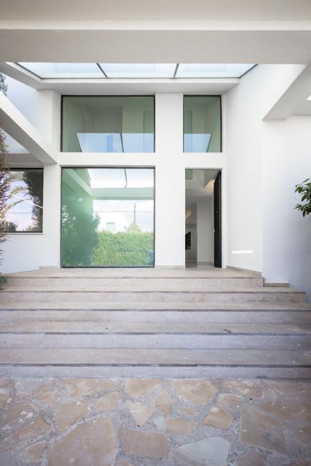 Entrada moderna con escaleras en vivienda mediterranea. Chiralt Arquitectos Valencia