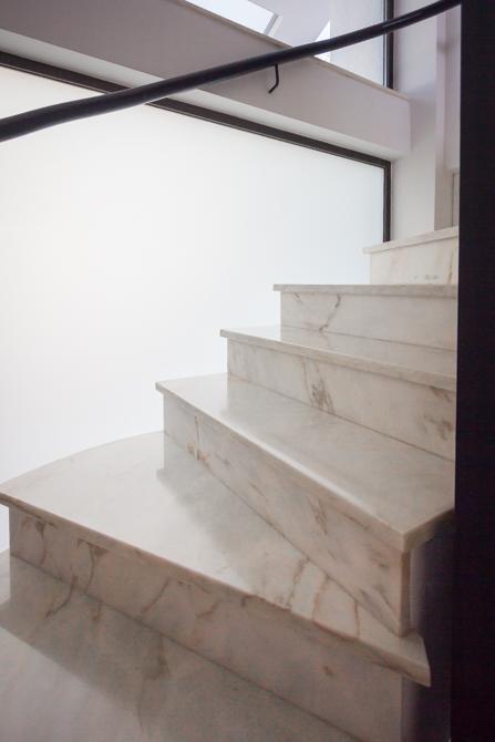 Escalera con peldaños de mármol en vivienda mediterránea. Chiralt Arquitectos Valencia