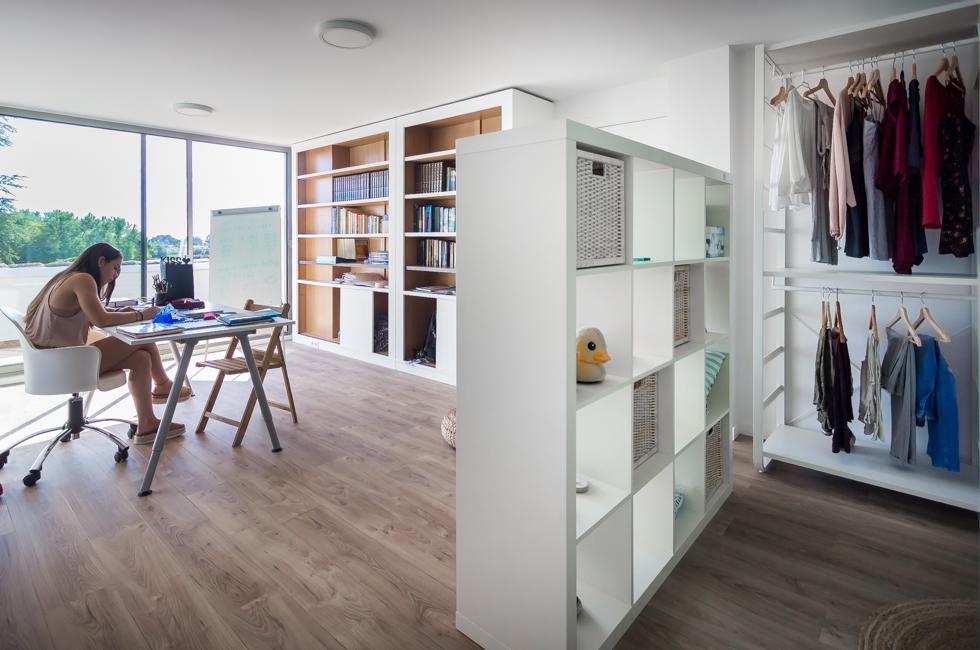 Habitación juvenil minimalista en vivienda unifamiliar amplia y luminosa. Chiralt Arquitectos Valencia
