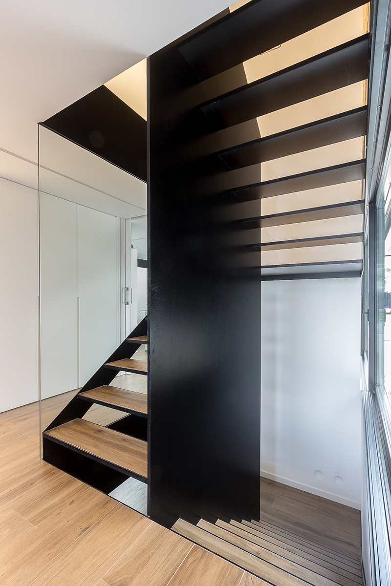 Escalera de diseño en hierro, cristal y madera de Chiralt Arquitectos Valencia