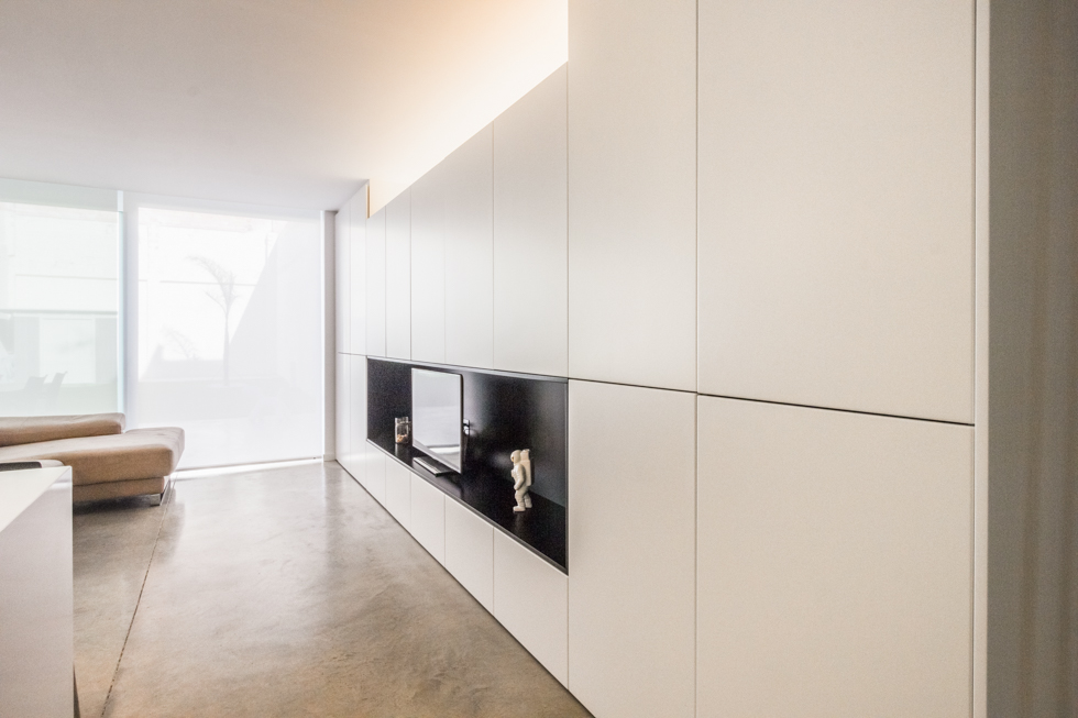 Armariada blanca con mueble de TV en vivienda estilo nórdico - Chiralt Arquitectos Valencia