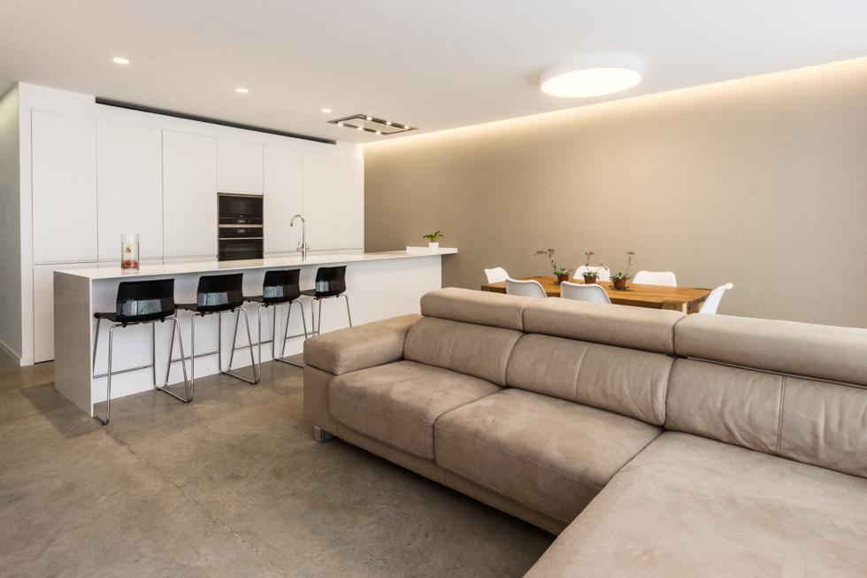 Salón moderno con suelo de hormigón en vivienda estilo nórdico - Chiralt Arquitectos Valencia