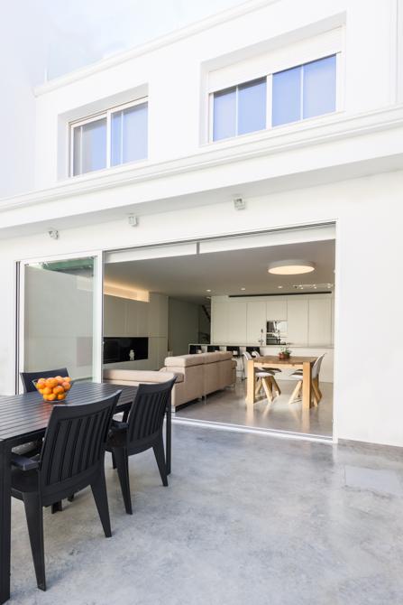 Terraza urbana con suelo de hormigón en vivienda estilo nórdico - Chiralt Arquitectos Valencia