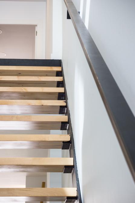 Escalera escandinava de madera de pino en vivienda estilo nórdico - Chiralt Arquitectos Valencia