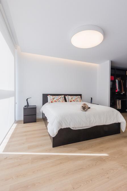 Dormitorio moderno con suelo parquet con gato en vivienda estilo nórdico - Chiralt Arquitectos Valencia