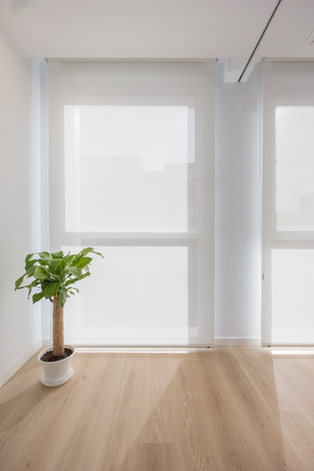 Pasillo moderno con parquet con estores en blanco en vivienda estilo nórdico - Chiralt Arquitectos Valencia